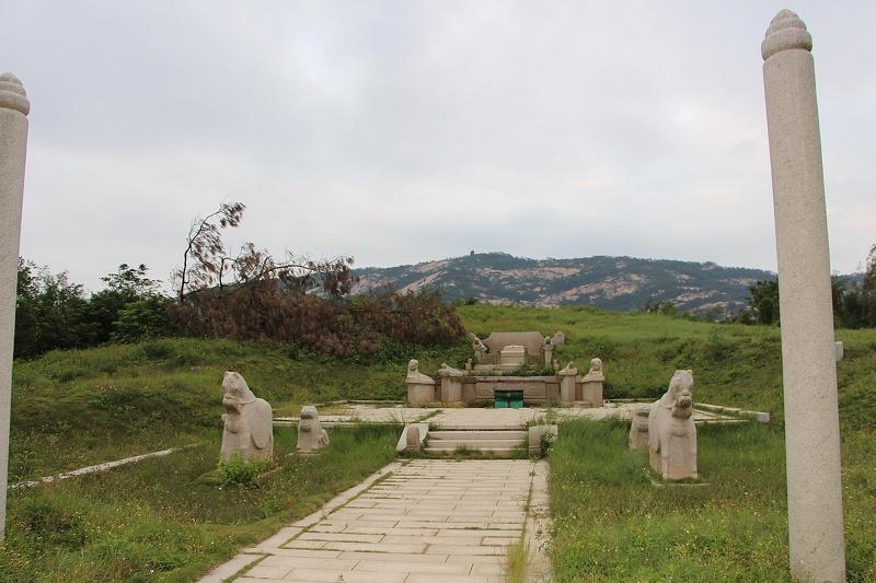 Le colonne e le statue di animali ricostruite